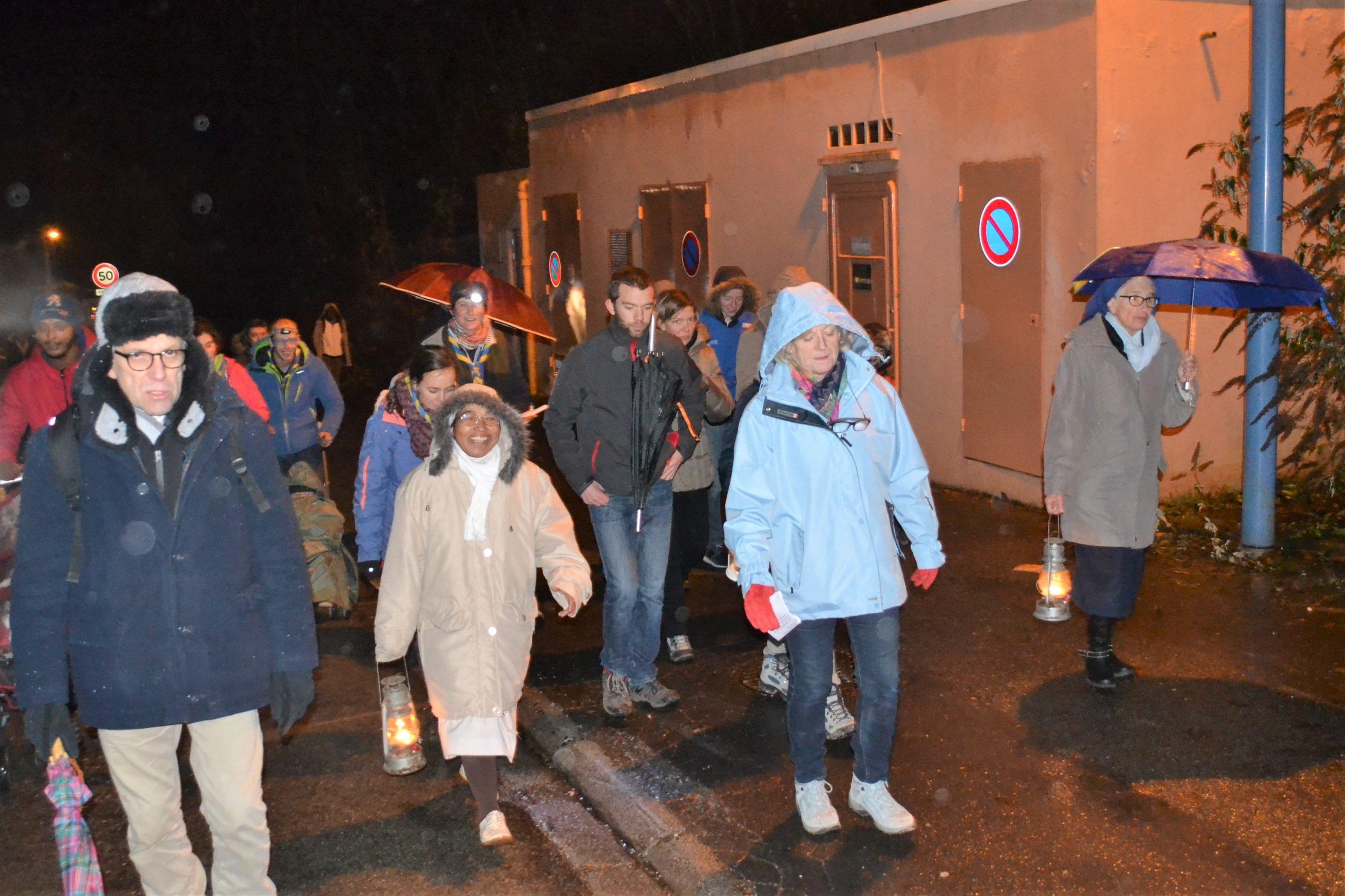 Scouts, migrants et paroissiens ont apporté la lumière de Bethléem à l'abbaye de Belval
