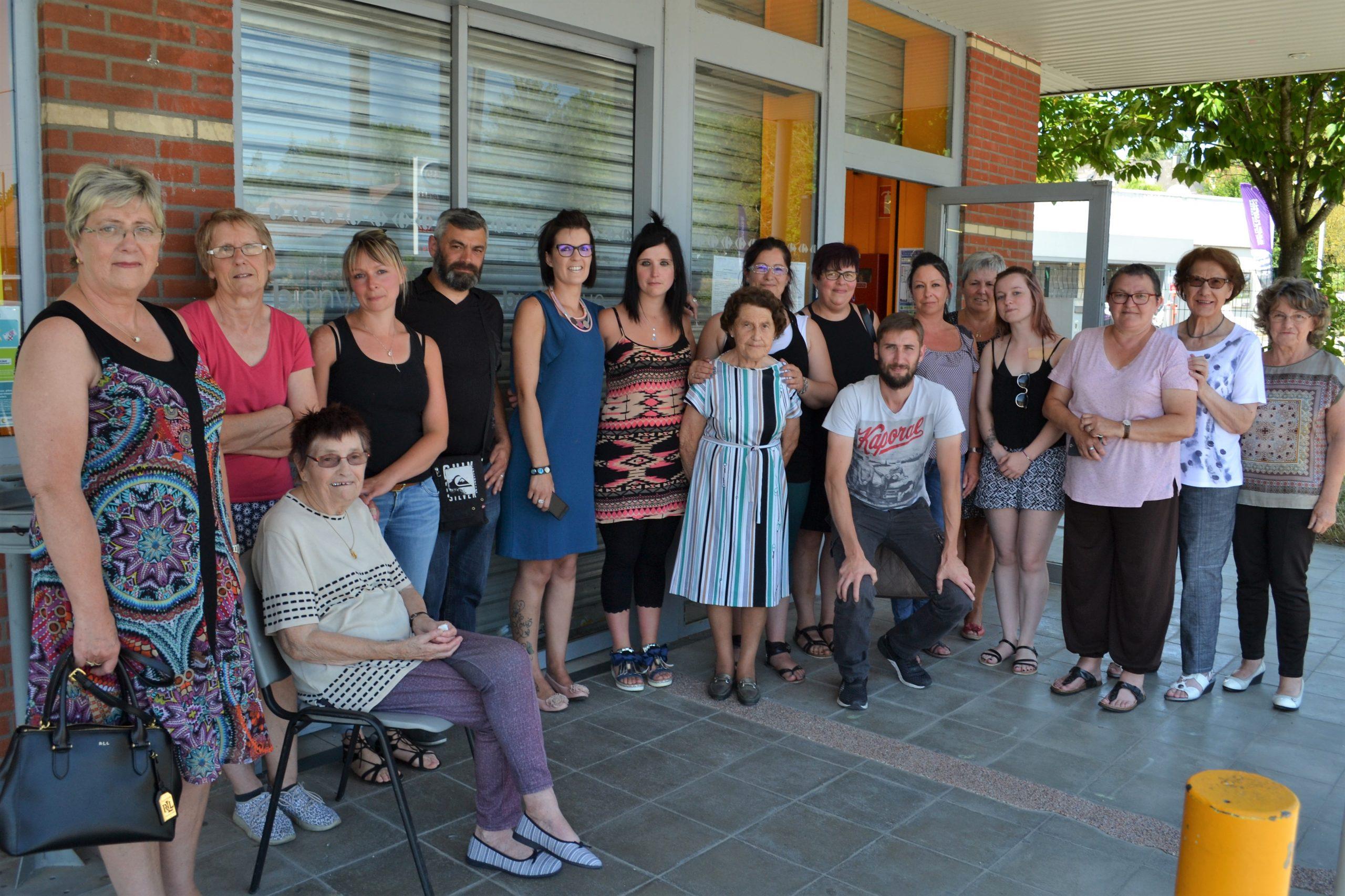 Des clients venus remercier et soutenir les salariés du Carrefour Contact de Saint-Michel
