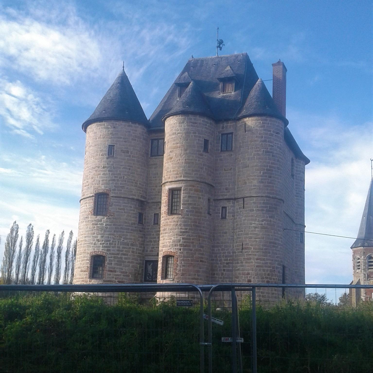 De Valhuon à Bours, balade automnale entre clochers et donjon