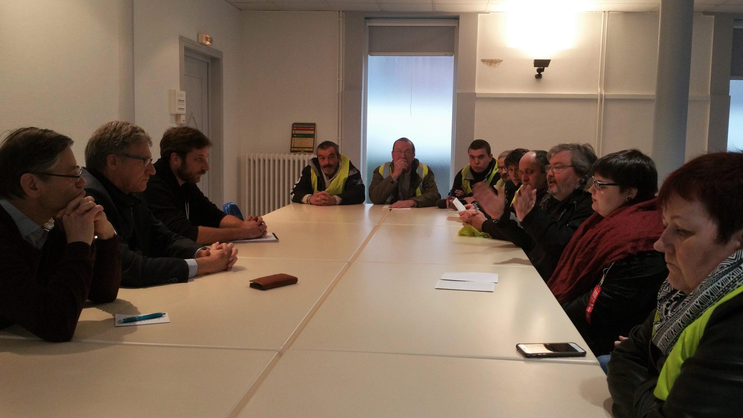 Dix gilets jaunes témoignent de leur détresse au député et au maire de St-Pol