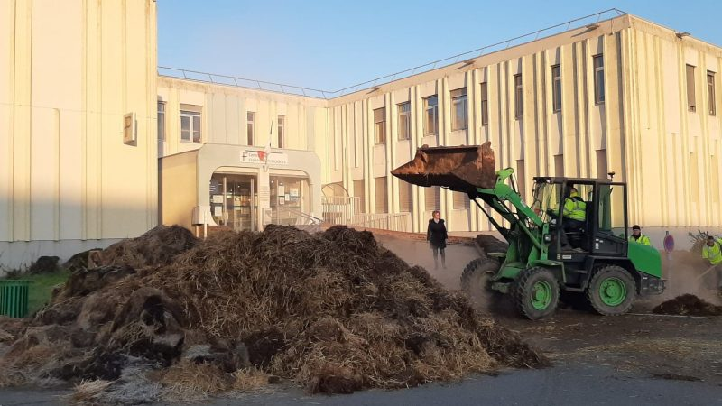 Du fumier déversé devant le centre des impôts de Saint-Pol