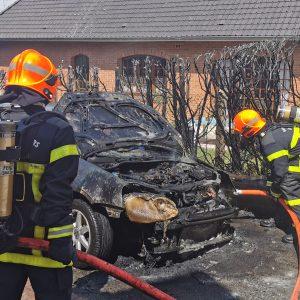 Saint-Pol : une haie s'embrase et le feu gagne une voiture garée rue de la Nouvelle-France