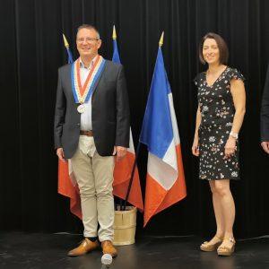 Benoît Demagny enfile le collier de maire de Saint-Pol lors du premier conseil municipal, en l'absence de Maurice Louf
