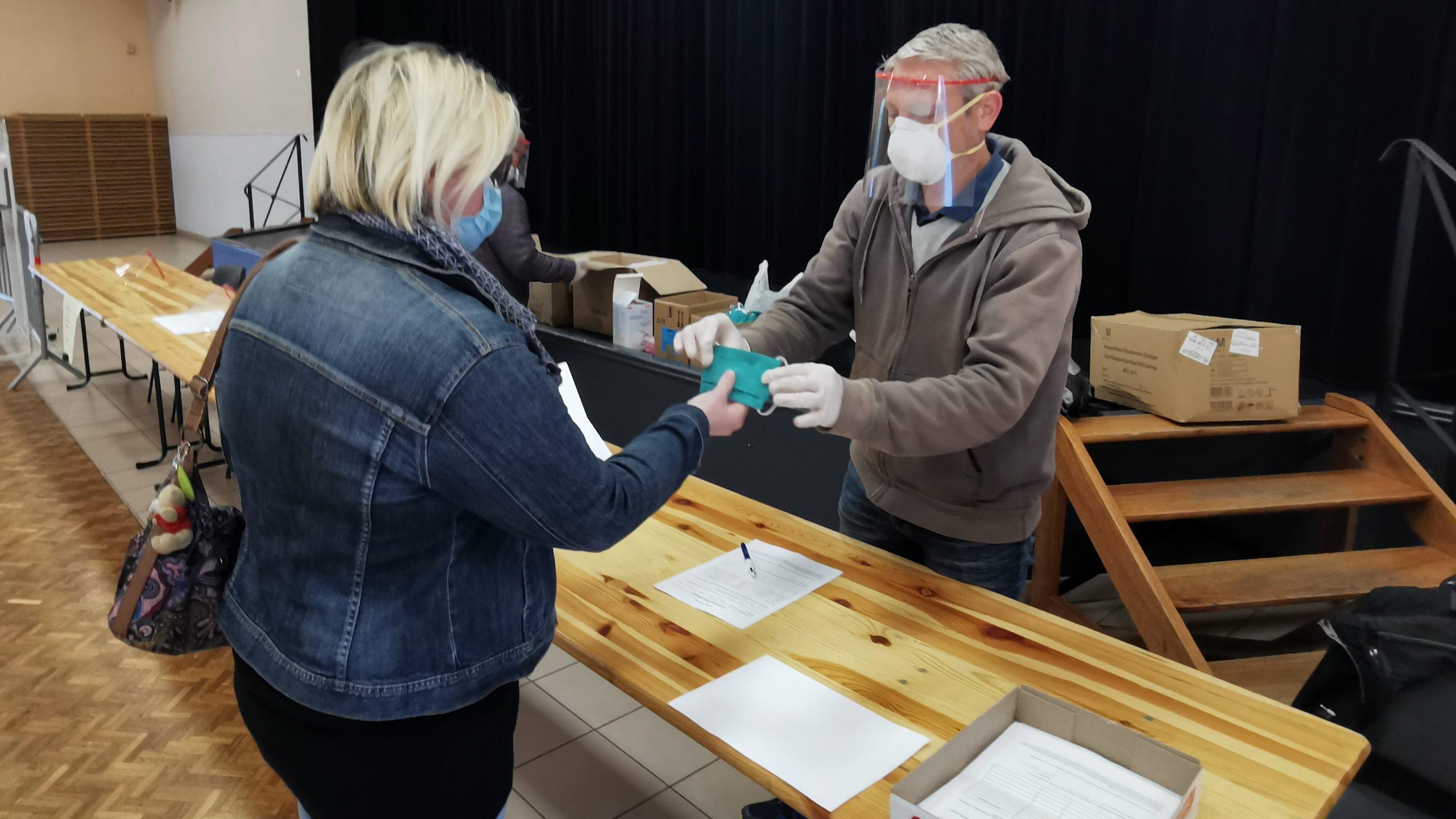 Des masques à usage unique distribués aux Saint-Polois, en attendant les lavables
