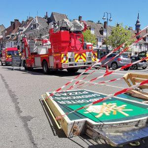 Saint-Pol : les pompiers démontent l'enseigne du P'tits Creux qui menaçait de tomber