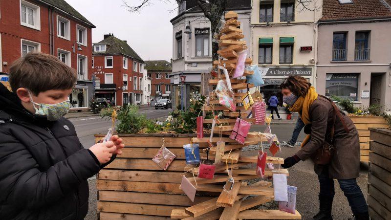 Saint-Pol : un sapin de bois pour échanger des enveloppes surprises