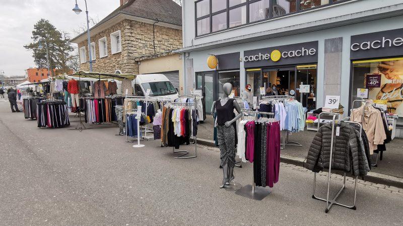 L'habillement interdit à la vente en boutique mais autorisé sur les marchés